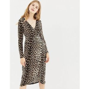QED London wrap dip back mini dress in leopard print - Brown, kolor brązowy